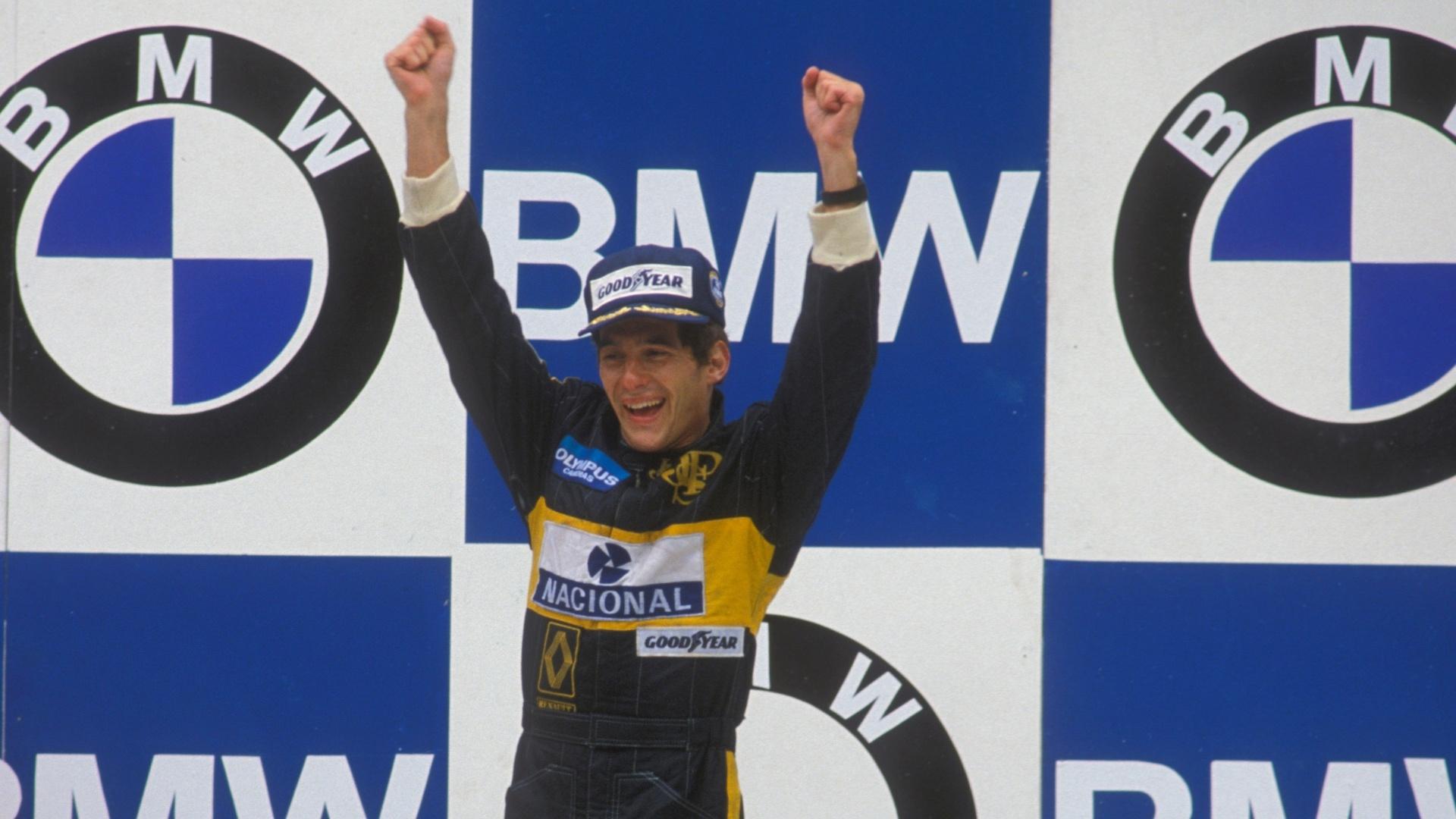Senna no alto do pódio em Estoril pela primeira vez na Fórmula 1.